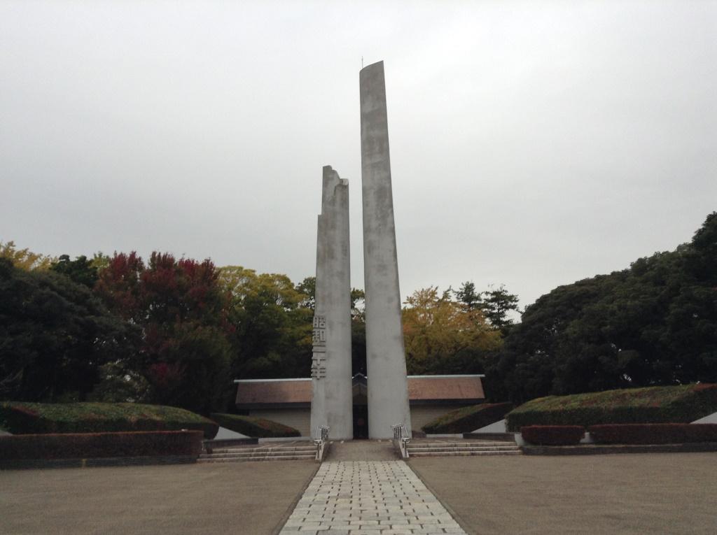 三ツ沢公園に現れた、謎の石塔