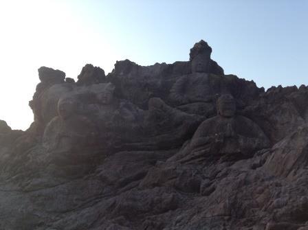 海岸に多数の像が、十六羅漢岩