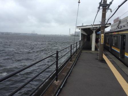 すぐそこが海!鶴見線の終着点でもある「海芝浦駅」