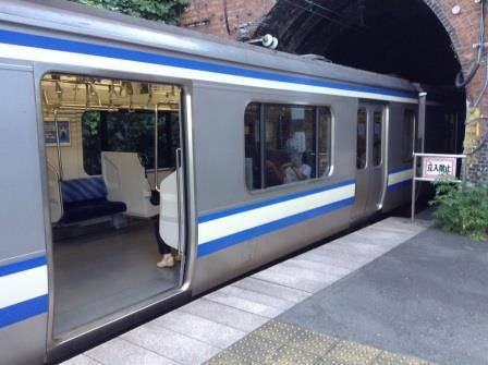 電車がホームをはみ出して停車する珍駅「田浦駅」