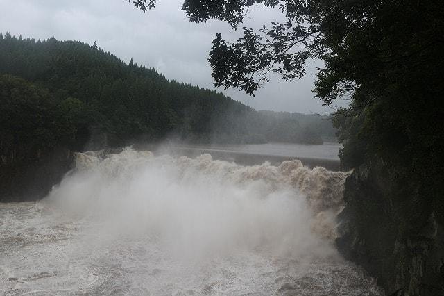 大分県にある名瀑「沈堕の滝」は、台風時に行ったら凄まじい荒れ具合だった!