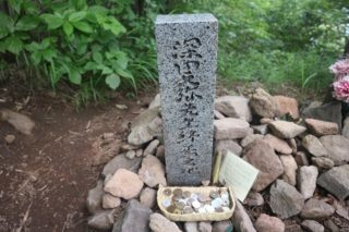 「日本百名山」を選定した深田久弥が茅ヶ岳山中で亡くなった場所には、慰霊碑が建てられている!