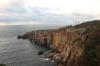 未だ年間15人ほどが投身自殺!和歌山県白浜温泉にある自殺の名所「三段壁」の実情に迫る!