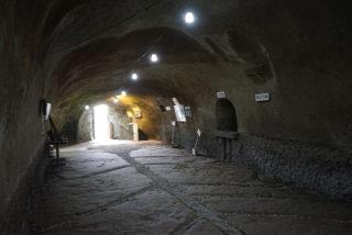 空襲から生徒を守るために掘られた「無窮洞」に突入!