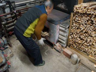 愛媛県の大正湯、60年間薪で沸かし続ける孤高な日常!