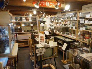 レトロな空間でラジオの世界に浸れる「日本ラジオ博物館」!