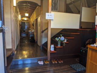 東本願寺の宿坊時代から続く老舗の「藤家旅館」の猫女将に癒された!